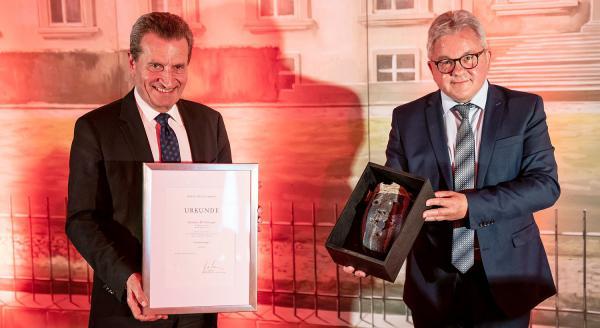 """""""Gesicht Europas"""": Europaminister Guido Wolf ehrte Günther H. Oettinger. Günther H. Oettinger erhält die Auszeichnung """"Gesicht Europas"""" von Guido Wolf.  Foto: Europa-Park - Baschi Bender"""