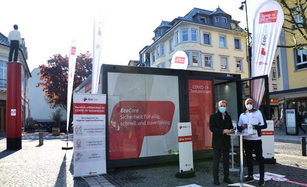 Neues Testzentrum am Senser Platz in Lörrach in Betrieb gegangen. Oberbürgermeister Jörg Lutz (links) und Mirsad Imeri von EcoCare.  Foto: Stadt Lörrach