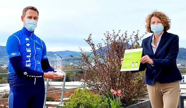 Bundesweiter Klimaretter-Award 2021 geht nach Freiburg. Die Kaufmännische Direktorin Anja Simon überreicht Joel Assmies den Klimaretter-Award 2021.  Foto: Universitätsklinikum Freiburg