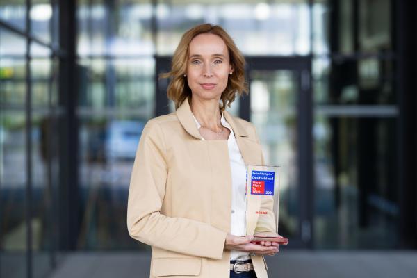 Cornelia Reinecke, Personalleiterin der SICK AG, nahm den Preis als einer der besten Arbeitgeber Deutschlands 2021 in Empfang. Die Great Place to Work® Preisverleihung fand coronabedingt erstmalig virtuell statt.   Bild: SICK AG