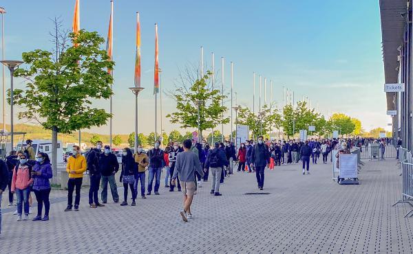 Großer Andrang am Messegelände in Freiburg bei der kurzfristigen Impfaktion  REGIOTRENDS-Foto: Jens Glade