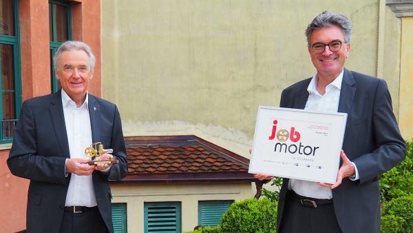 """Europa-Park als treibende Kraft in der Regio. Europa-Park Inhaber Jürgen Mack freut sich über die Auszeichnung """"Jobmotor"""", die ihm von Dieter Salomon überreicht wird.   Foto: Europa-Park"""