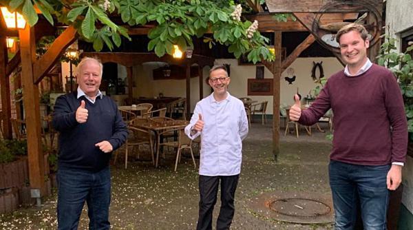 Über die Wiedereröffnung der Gastronomie freuen sich Bundestagsabgeordneter Peter Weiß, Hotel- und Gaststätten-Vorsitzender Ralf Gut und Bundestagskandidat Yannick Bury (rechts).