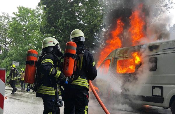 Wohnmobil brannte neben Bundesstraße 294 bei Waldkirch.  Foto: Freiwillige Feuerwehr Waldkirch