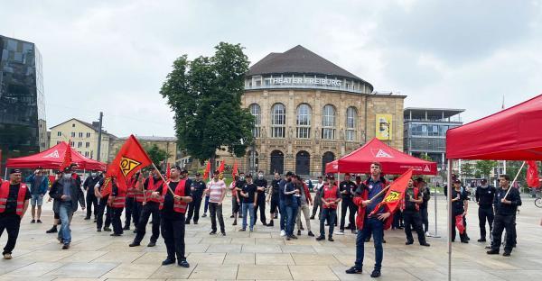 150 Beschäftigte im Kfz-Handwerk bei Warnstreiks mit Fahrzeugkorso in Waldshut und Freiburg. Warnstreik in Freiburg.  Foto: IG Metall - Kerstin Meindl