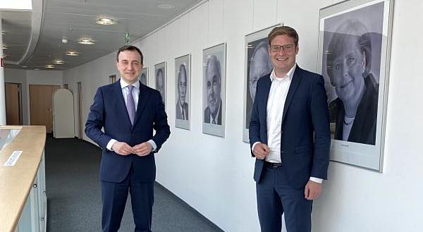 CDU-Generalsekretär Paul Ziemiak MdB und CDU-Bundestagskandidat Yannick Bury (rechts) am Dienstag in Berlin nach der Entscheidung dass die zentrale Auftaktveranstaltung zur heißen Wahlkampfphase am 21. August im Europa-Park in Rust stattfinden wird.