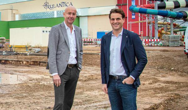 Mit dem Eatrenalin öffnet 2022 ein futuristisches Gastronomie-Event-Konzept in Rust. Thomas Mack (Geschäftsführender Gesellschafter des Europa-Parks) und Oliver Altherr (CEO von Marché International, links) am zukünftigen Standort von Eatrenalin.  Foto: Europa-Park