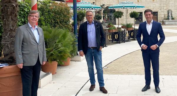 Willi Stächele und Manuel Hagel waren zu Gast im Europa-Park. Europa-Park Inhaber Roland Mack mit den Landtagsabgeordneten Willi Stächele (links) und Manuel Hagel (rechts).  Foto: Europa-Park