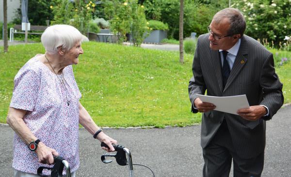 Jubilarin im Bürgerheim in Rheinfelden - Alice Dietsche (Bild) feierte ihren 100. Geburtstag. Oberbürgermeister Klaus Eberhardt gratuliert.  Foto: Stadt Rheinfelden