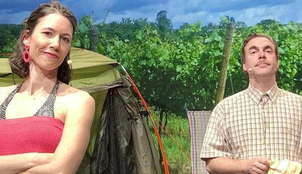 """""""Runter zum Fluss"""" - Die Sommer-Komödie von Frank Pinkus  Die Komödie """"Runter zum Fluss"""" von Frank Pinkus wurde genau passend für die Örtlichkeit im Freien ausgesucht. Runter zum Schambach könnte man in der Endinger Reblandschaft sagen, dort wo die Traubenannahmestelle der WG Bischoffingen-Endingen steht und die von Annette Greve dramaturgisch in das Theaterstück integriert wurde. Es spielt in der Jetztzeit mit den geltenden Abstands-Bedingungen und den Gegebenheiten der Örtlichkeit, die humorvoll integriert sind.   Ein schneller, pointenreicher Dialog zweier Verlassener auf einem Campingplatz, der das Publikum zu einer emotionalen, amüsanten Reise mit viel Lokalkolorit einlädt! Wie läuft Beziehung in der Jetzt-Zeit? Wie kann man mit Abstand zusammen kommen? Das ist die Frage, die über allem steht.   Unter der Regie von Annette Greve spielen Cornelia Schmidt und Christian Packbier. Beide Schauspieler sind bereits seit vielen Jahren immer wieder auf der Bühne des Privat-Theaters DEUTSCHE KAMMERSCHAUSPIELE zu sehen.  Wann: Mittwoch, 14. Juli 2021, 19:30 Uhr Premiere und Eröffnung der Veranstaltungsreihe Donnerstag, 15. Juli 2021, 19:30 Uhr Montag, 19. Juli 2021, 19:30 Uhr Dienstag, 20. Juli 2021, 19:30 Uhr Freitag, 23. Juli 2021, 19:30 Uhr Samstag, 24. Juli 2021, 19:30 Uhr Sonntag, 25. Juli 2021, 19:30 Uhr  https://www.google.de/maps/place/Traubenannahmestelle+WG+Bischoffingen-Endingen  Tickets: https://deutsche-kammerschauspiele.reservix.de/events  Mitwirkende: Cornelia Schmidt als Anke Kaiser, Christian Packbier als Karsten Konrad, Regie: Annette Greve Produktion: DEUTSCHE KAMMERSCHAUSPIELE  Aufführungsrechte:  Aufführungsrechte bei Vertriebsstelle und Verlag Deutscher Bühnenschriftsteller und  Bühnenkomponisten GmbH, 22844 Norderstedt  Foto: Bernd Weisshaar"""