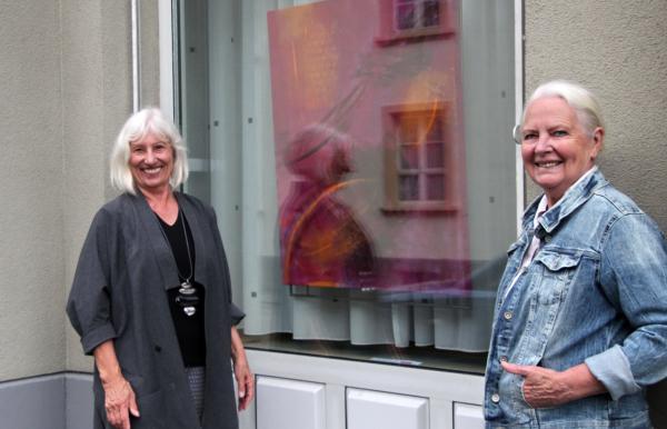 OFFEN FÜR KUNST - Kunstwerke in 30 Schaufenstern in Emmendingen noch bis zum 11. Juli  Hanne Günther (links) ist die Ideengeberin für diese Aktion und stellt bei der Sparkasse aus  REGIOTRENDS Foto: Reinhard Laniot