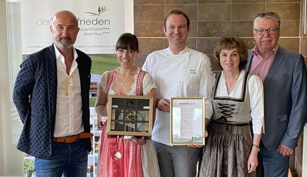 Überreichung des Kuckuck Award 2021 für Bestes Restaurant an das Hotel derWaldfrieden in Herrenschwand.  Von links: Hansjörg Maier (Geschäftsführer STG), Dorothee Hupfer, Volker Hupfer, Irmgard Hupfer, Franz Wagne (stellvertretender Bürgermeister Stadt Todtnau).