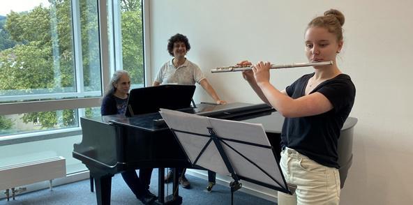 Lara Preiss mit ihrem Lehrer Alfredo Mendieta und Patricia Germano (Begleitung auf dem Flügel)   Bild: Stadt Waldkirch