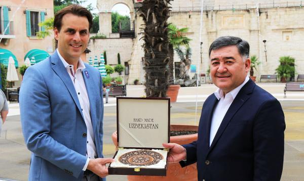 Botschafter aus Panama und Usbekistan besuchten Europa-Park. Thomas Mack (geschäftsführender Gesellschafter des Europa-Park, links) freut sich über das besondere Geschenk des Botschafters Nabijon Kasimov aus Usbekistan.  Foto: Europa-Park