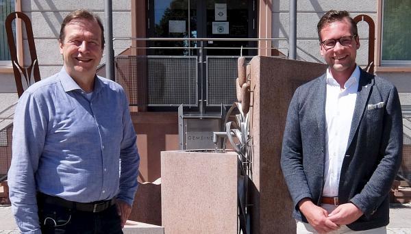 Klimaschutz ist ein großes Thema für Neuried - Grünen-Landtagsabgeordneter Thomas Marwein (links) tauschte sich mit Bürgermeister Tobias Uhrich über Anliegen der Gemeinde aus.  Foto: Büro Thomas Marwein