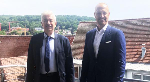 Langjähriger Volksbank-Mitarbeiter Thomas Jörger (rechts) verabschiedet.  Foto: Volksbank Breisgau Nord eG