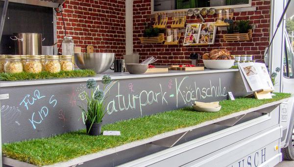 3./31. August: Naturpark-Kochschule in der Ferienzeit - Kochprogramme für Kinder am Haus der Natur am Feldberg. Blick in den mobilen Ernährungsbus.  Foto: Naturpark Südschwarzwald - Sebastian Schröder-Esch