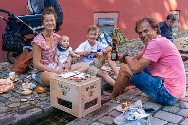 Chillen und Genießen beim ersten Freiburger Bächlepicknick - Die Familie Neugeborn-Steiert genießt zu viert das Bächlepicknick.   REGIOTRENDS-Foto: Jens Glade