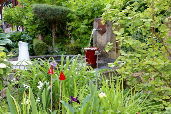 Garten Familie Schunk und Fontaine im Garten von Familie Schunk in Ohnenheim und Staudenbeet im ländlichen Hausgarten von Familie Sittler. Foto: Landratsamt Emmendingen