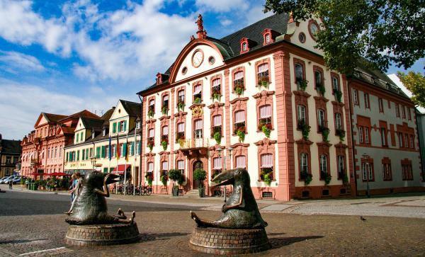 Heimattage: OB Steffens übernimmt Fahne für Offenburg. Historisches Rathaus Offenburg.  Foto: Stadt Offenburg