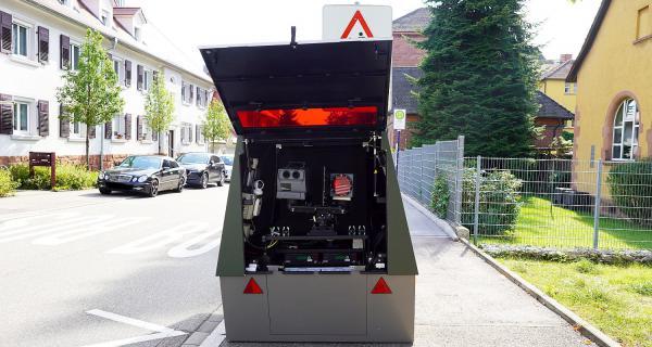 Mobiler Blitz-Anhänger steht jetzt in Lahr. Semi-stationärer Messanhänger beim ersten Einsatz in Lahr.  Foto: Stadt Lahr