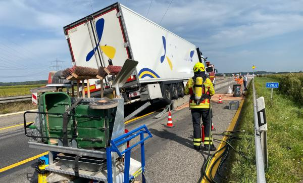 Spektakulärer Lkw-Unfall auf der Autobahn bei Herbolzheim.  Bild: Einsatz-Report24