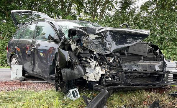 Schwerer Verkehrsunfall auf Bundesstraße 3 bei Kenzingen.  Foto: Freiwillige Feuerwehr Kenzingen