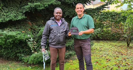 Benjamin Karanja (l.) ist im Rahmen des Forest Expert Programm beim stellvertretenden Forstamtleiter Roland Brauner zu Besuch und erhält dort verschiedene Einblicke in das Tätigkeitsfeld.  Bild: Stadt Villingen-Schwenningen
