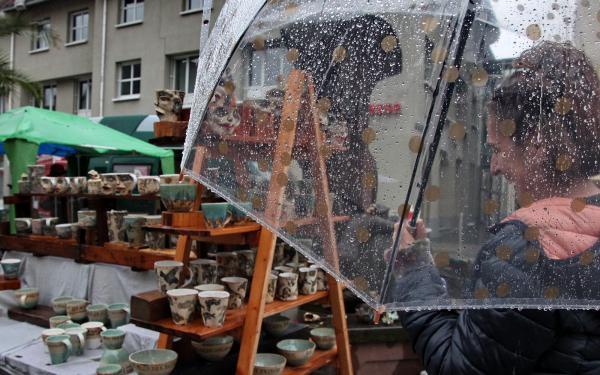 Dauerregen am Sonntagnachmittag zum Abschluss des Künstlermarktes in Emmendingen   Foto: EM-extra