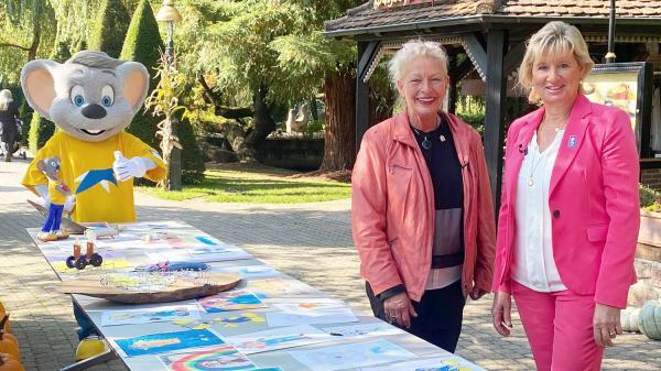 Virtueller Rundgang durch den Europa-Park anlässlich des Welthospiztages. Sabine Kraft (links) und Mauritia Mack beim virtuellen Rundgang zum Welthospiztag im Europa-Park.  Foto: Europa-Park