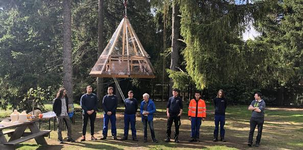badenova-Azubis bauen schwebendes Baumhaus  Bild: badenova