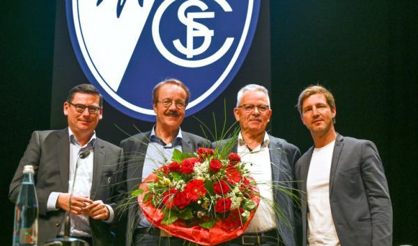 Von links: Oliver Leki (Vorstand SC Freiburg), Eberhard Fugmann (neuer Präsident SC Freiburg), Dr. Heinrich Breit (Aufsichtsratsvorsitzender SC Freiburg), Jochen Saier (Vorstand SC Freiburg).